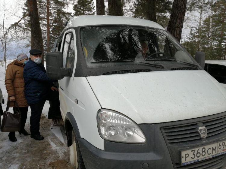 Заместитель главы администрации Кимрского района Ольга Петрова после прививки получила сертификат профилактической прививки от СОVID-19.