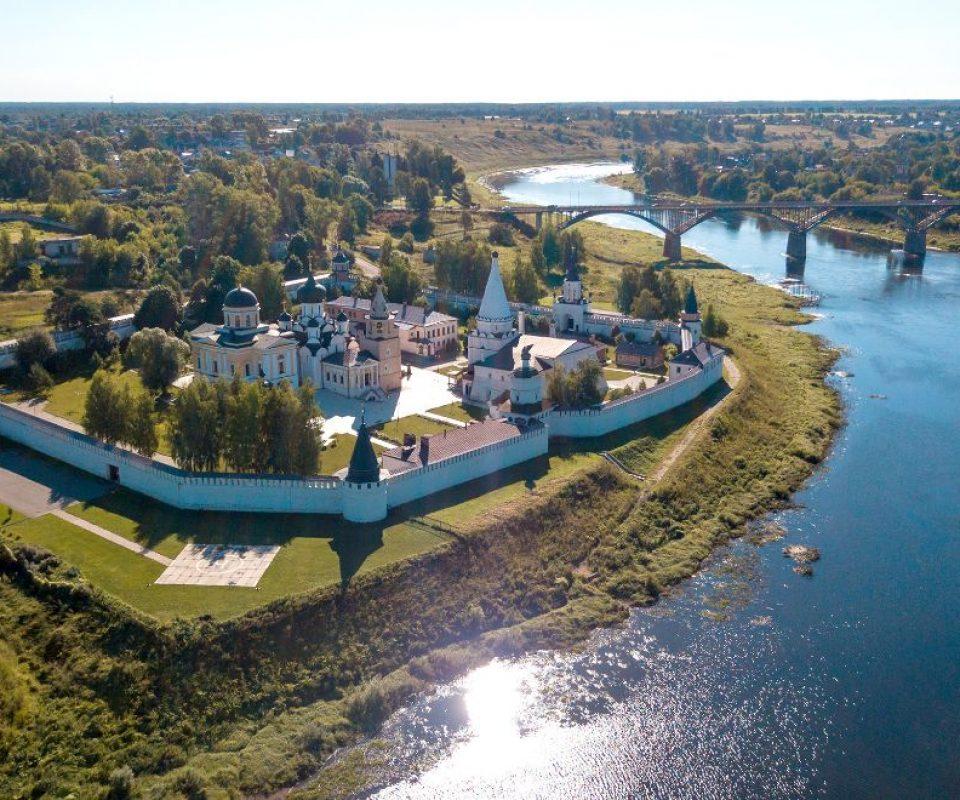 Vid-na-Svyato-Uspenskij-monastyr-v-Staritse.jpg